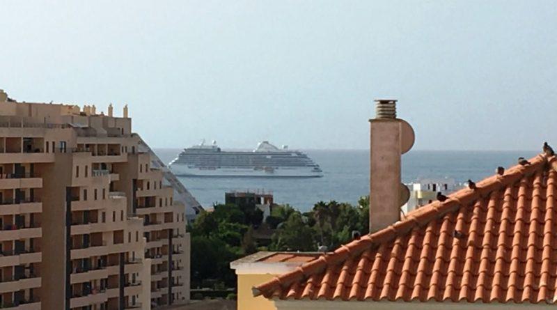 Kreuzfahrtschiff vor Portimao