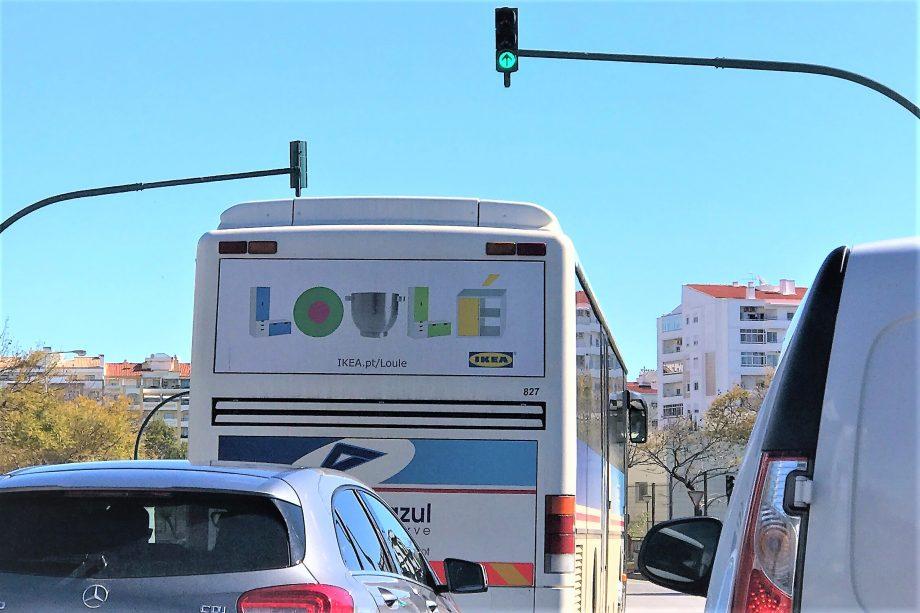 Werbezug auf Bus an der Algarve