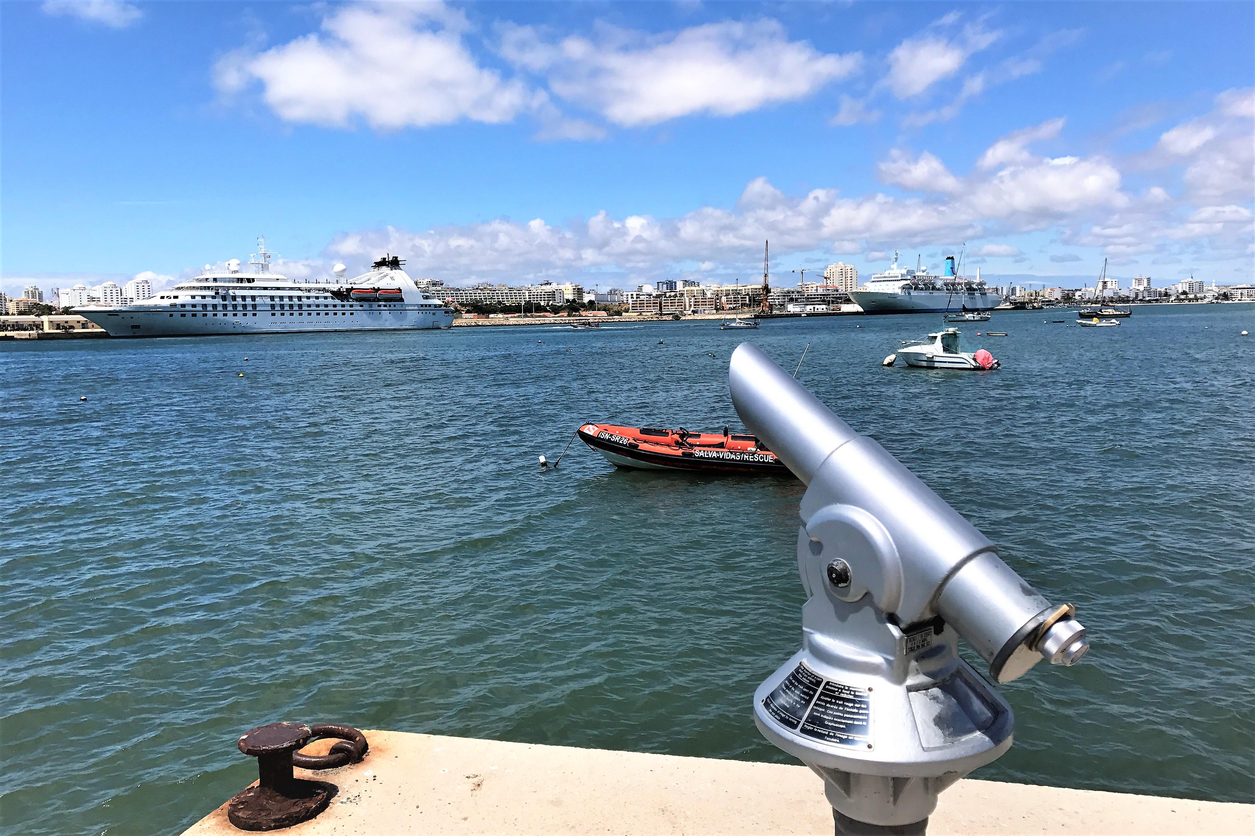 Blick von Ferragudo auf den Algarve-Hafen von Portimao