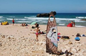 Algarve-News: Algarve-Strände mit Surfbrettern als Fotomotiv