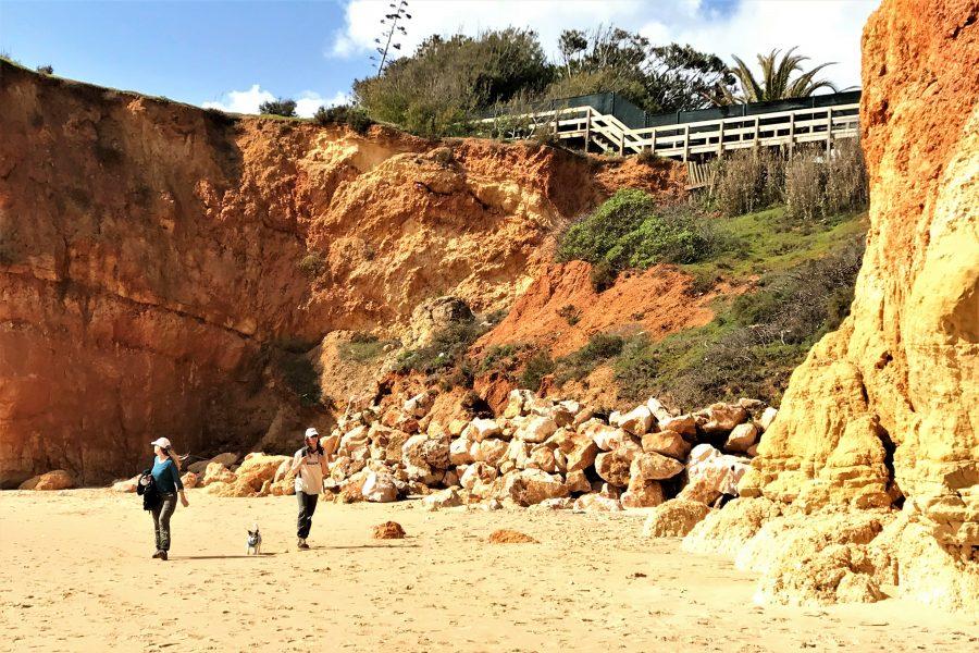 Algarve News über Felsabbrüche nach Regen und Sturm bei Portimao