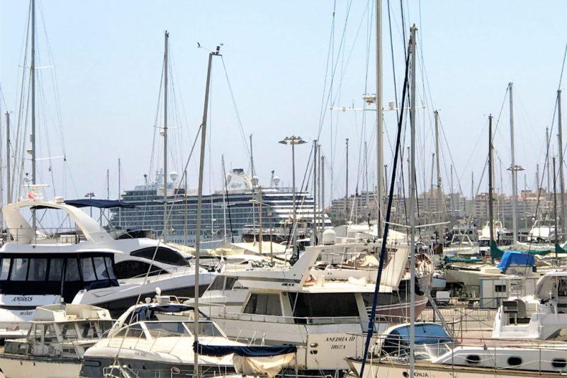 Luxus-Kreuzfahrtschiffe wie die Seven Seas Explorer zu Gast im Algarve-Hafen von Portimao