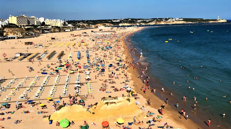 Gluthitze lässt Algarve-Urlauber gern in den 20 Grad warmen Atlantik springen