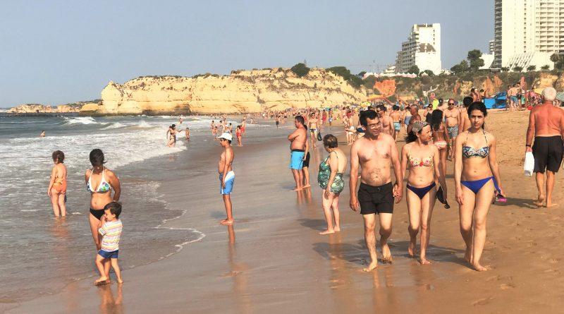 Hitzerekorde sorgen für Wunsch nach Abkühlung im Atlantik bei Portimao an der Algarve