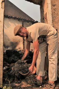 Robert Nestmann zeigt in Monchique die Ruine seines Strohschuppens