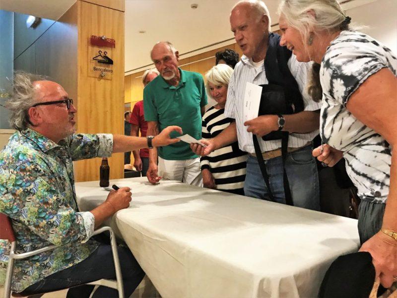 Urban Priol gab nach seinem Kabarettabend an der Algarve fleißig Autogramme