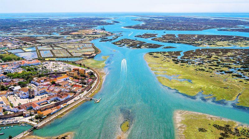 Drohne sendet Live-Bilder von Flug über Ria Formosa bei Faro an der Algarve