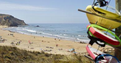 Surfer pilgern in Portugal im Juni 2019 zum Praia do Amado bei Aljezur