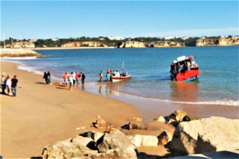 Ausflugsboot muss Passagiere nach Leckage an den Strand von Portimao bringen lassen