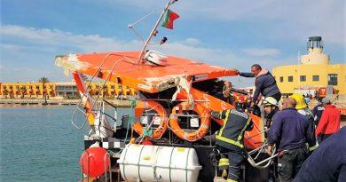 Ausflugsboote riskieren manchmal Fahrten in Grotten und Höhlen der Algarve