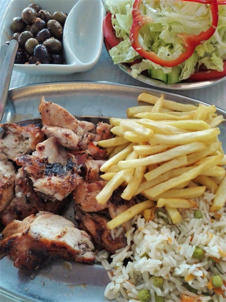 Guerreiro in Portimao ist spezialisiert auf Frango Piri Piri mit Pommes und Salat