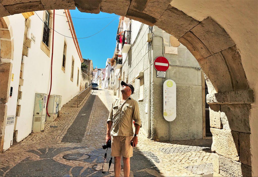 Lost in Fuseta-Autor Gil Ribeiro achtet auf die Architektur der Algarve