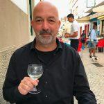 Lost in Fuseta-Autor Gil Ribeiro prostet mit einem Glas Vinho Verde zu