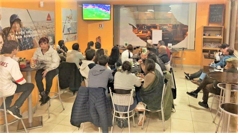 In Snackbar Conquista in Portimao darf TV-Monitor für Sportfernsehen nicht fehlen