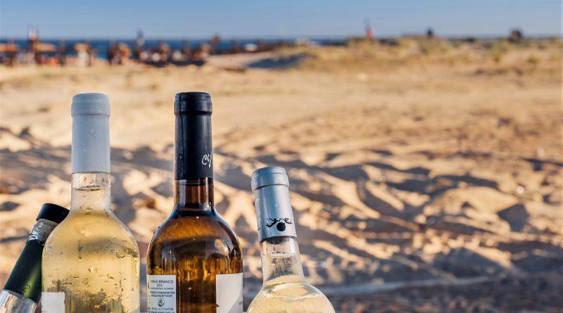 Weißwein am Strand genießen kommt bei Algarve-Touristen gut an