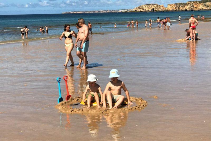 Sommer-Hitze erfordert guten Sonnenschutz an der Algarve bei Kindern