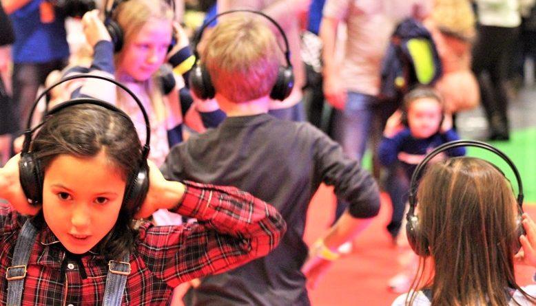 Weltkindertag an der Algarve wird in Portimao mit Silent Party und Kopfhörern gefeiert