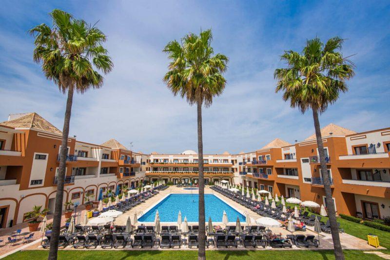 Last-Minute-Urlauber sollen an der Algarve freigebliebene Betten und Liegen füllen