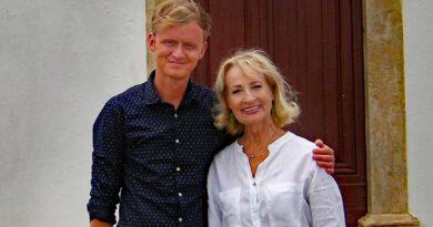 Dagmar Koller wird von SWR-Moderator Pierre M. Krause in Albufeira besucht