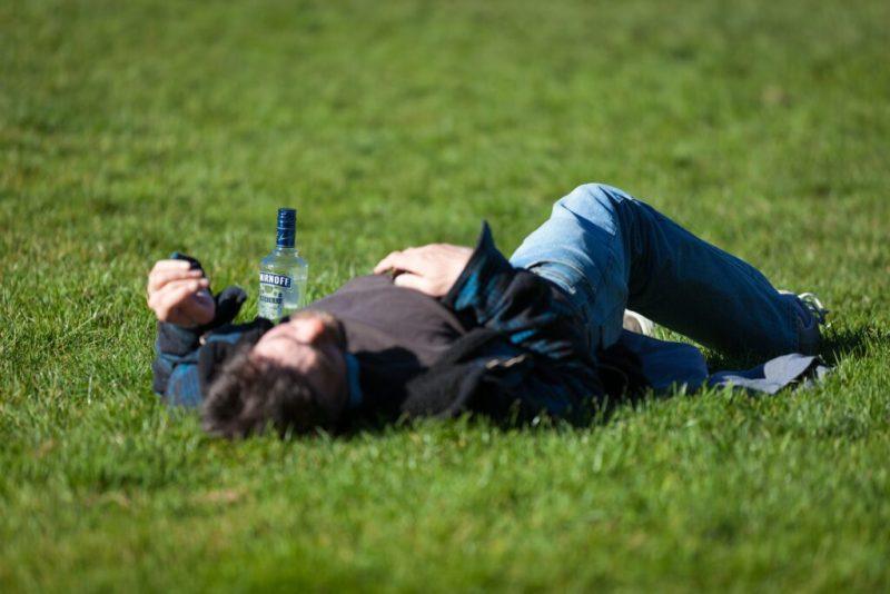 Alkoholexzesse von Briten in Albufeira führen zu Schnapsleichen auf den Wiesen