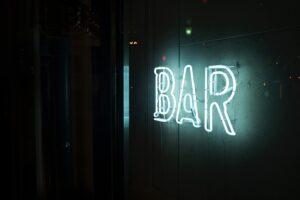 Alkoholexzesse durch Bars in Albufeira an der Algarve gefördert