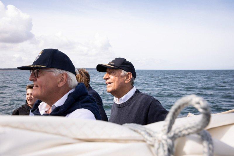 Marcelo Rebelo de Sousa und Frank-Walter Steinmeier mit Kappen an Bord eines Seglers