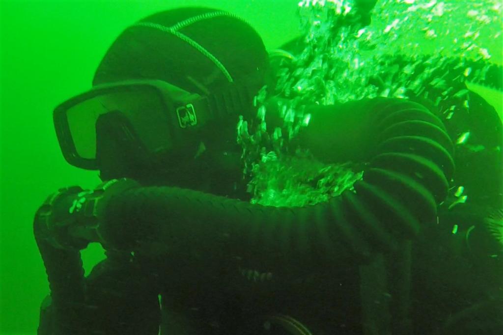 Minen entdecken unter Wasser ist für die Taucher nicht ungefährlich