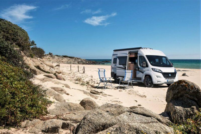 Algarve-Camping mit Camper Van am Strand