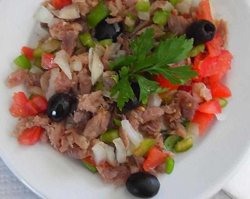 Estupeta-Salat mit ausgequetschtem Thunfisch sieht so aus