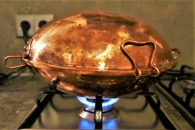 Cataplana aus Kupfer gart auf einem Gasherd