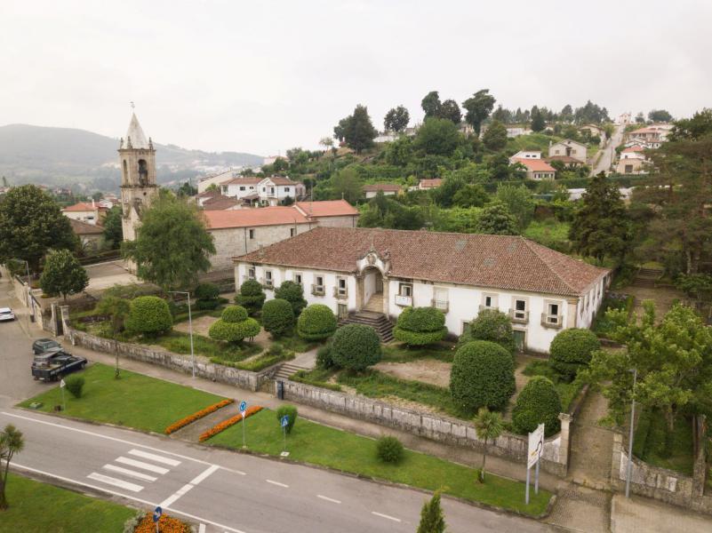Staats-Immobilien in Portugal stehen zum Verkauf wie diese Casa da Igreja