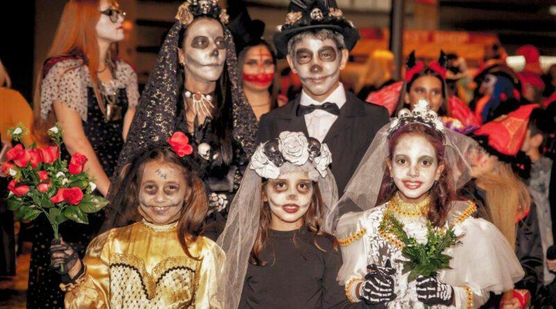 Halloween wurde von Algarve-Kindern und Touristen begeistert in Albufeira gefeiert