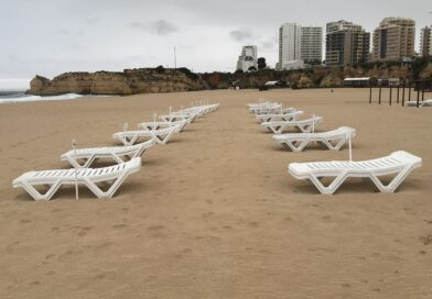 Covid-19 Algarve Portimao Praia da Rocha Strand Liegen leer